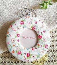 小花柄フォトフレーム 丸型 白|贈り物におススメのファブリック雑貨